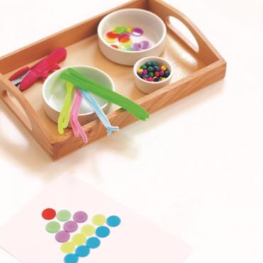 Activité Montessori : réaliser une pyramide de perles